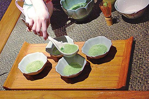 茶葉經過蒸青、烘乾、揉捻後,再經石臼磨粉。這使得抹茶能夠懸浮於水面而不沉,並產生獨特沉穩的香氣。(白亞仕/大紀元)