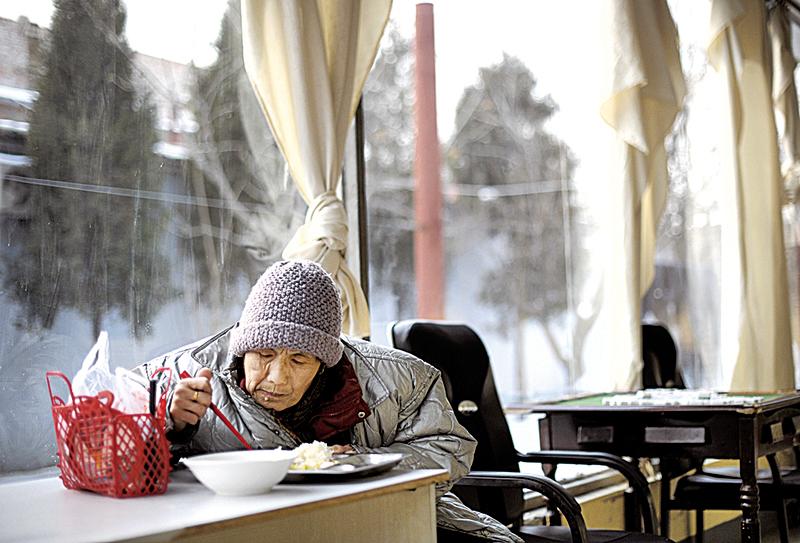 獨生子女政策及社會老齡化問題使養老問題日益凸顯。圖為一位北京老人在養老院吃飯。(Getty Images)