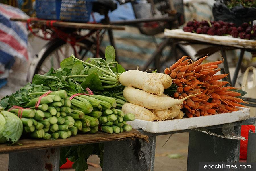 雲泉仙館外設有農墟,售賣當地的農產品。(陳仲明/大紀元)