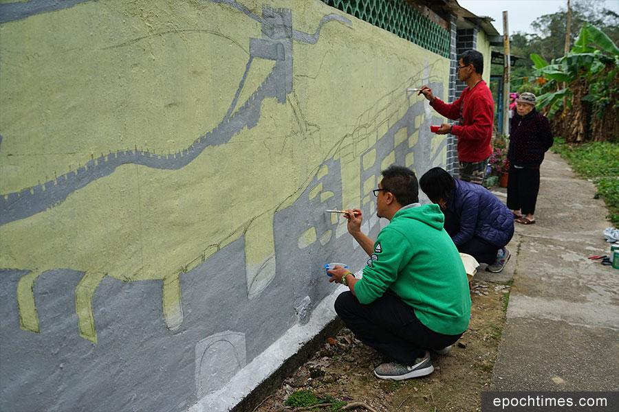 義工在坪輋壁畫村為村民繪畫壁畫,美化社區。(陳仲明/大紀元)