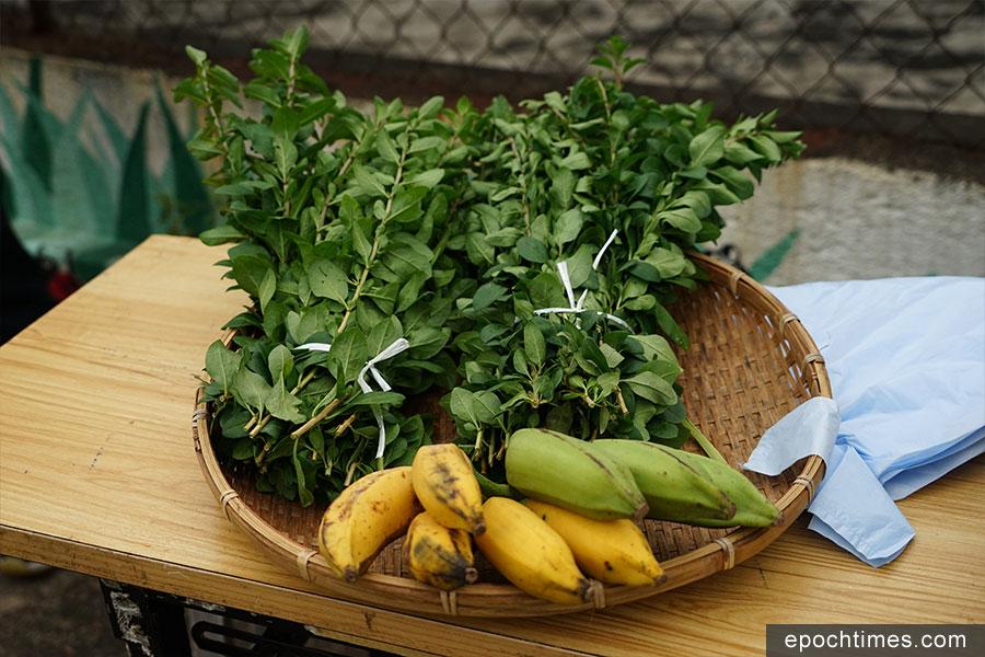 坪輋壁畫村農墟發售當地村民種植的有機蔬果。(陳仲明/大紀元)