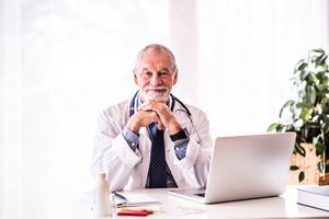 行醫45年 從未開過死亡證明 傳奇名醫的治病之道