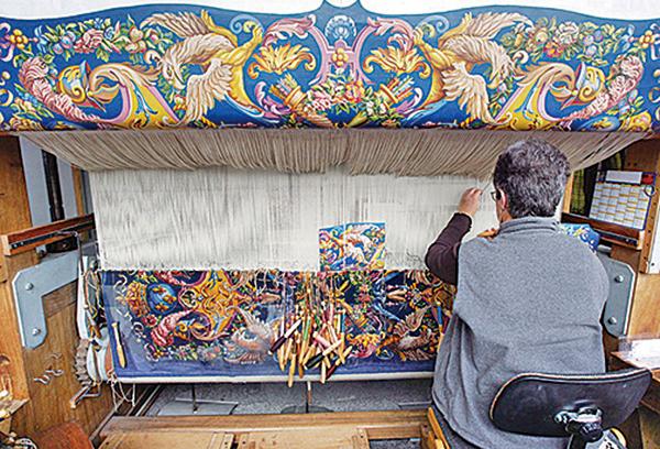 現今戈布蘭掛毯織造廠的婦女織工人數甚至超過了男性。新的學徒直接由戈布蘭國家遺產局招收及訓練。(AFP)