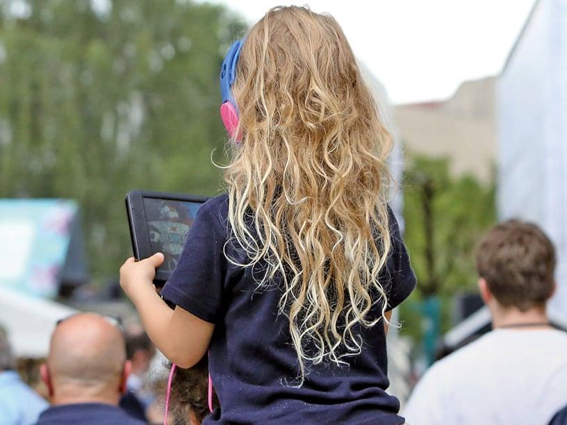 NIH一項針對4,500名9至10歲的兒童進行大腦掃描及分析的初步成果顯示,一天花7小時以上滑手機、玩電動玩具的兒童,其大腦皮層會提早變薄。(Adam Berry / Getty)