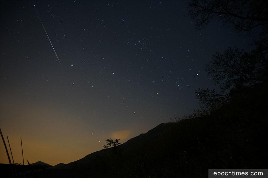 今年的雙子座流星雨高峰期在12月14日,本報記者當晚在二澳目測近十顆流星劃過夜空,其中有一顆為火流星。(曾蓮/大紀元)