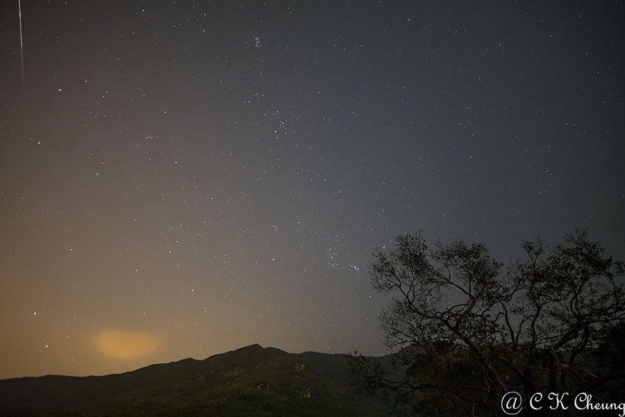 二澳農場的雙子座流星雨觀星,其中有一顆為火流星。(讀者C K Cheung提供)