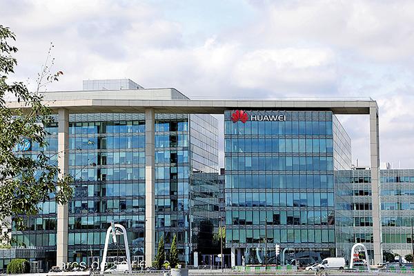 圖為華為在巴黎郊區的總部大樓。(AFP)