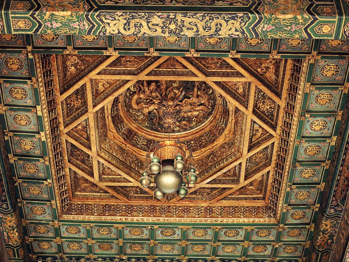 故宮太和殿內正中的藻井。(秋水平湖/Wikimedia Commons)