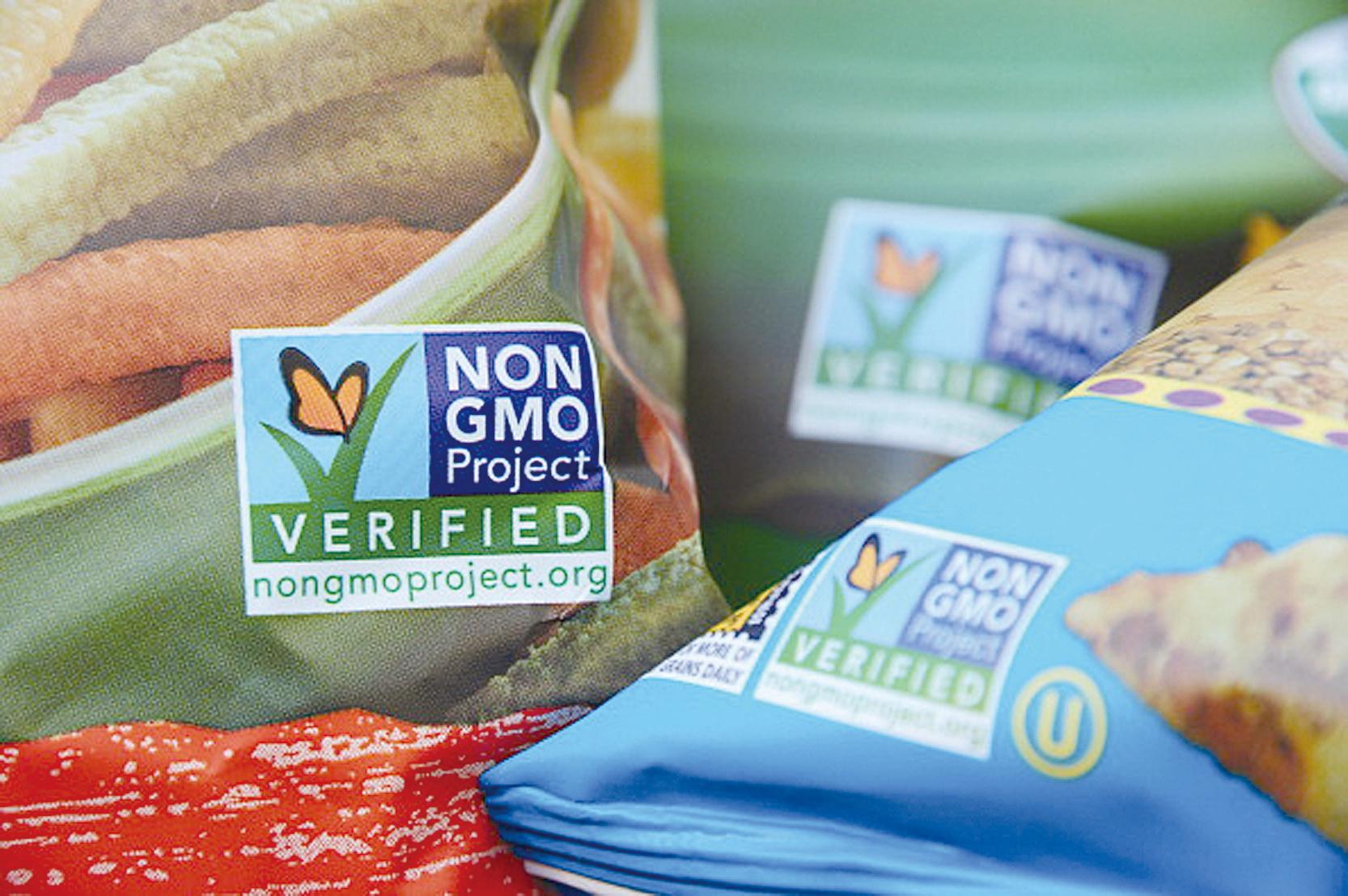專家認為,基因改造食品能讓人類基因發生突變,遺害後代子孫。一些美國超市食品袋上已經有了非基因改造食品(Non GMO)標籤。(ROBYN BECK/AFP/Getty Images)