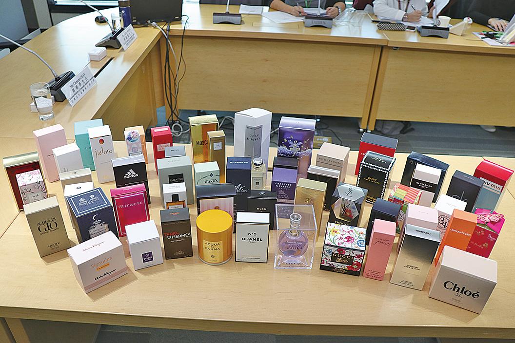 消委員會測試市面上55款香水,發現全部樣本均檢出最少4種香料致敏物質。(江夏/大紀元)