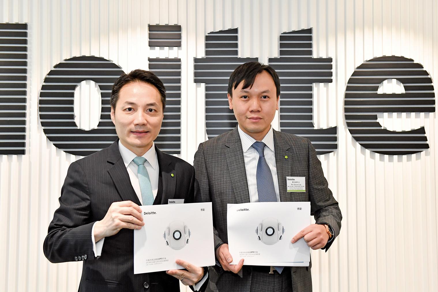 德勤中國全國上市業務組聯席主管合夥人歐振興(左)稱,香港明年最多將有約200隻新股上市,集資約1800億至2300億元,但未必能再衛冕全球首位。(郭威利/大紀元)