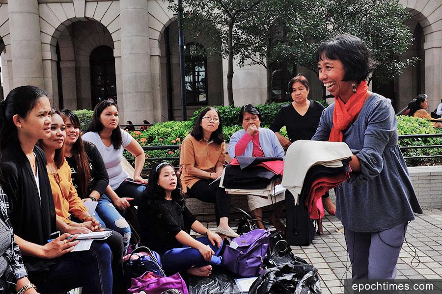 Alma(右一)在皇后像廣場教家傭製作紡織畫。 (Leeh Ann Hidalgo 提供)