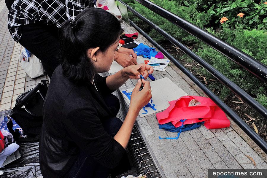 學員們在皇后像廣場製作紡織畫。 (Leeh Ann Hidalgo 提供)