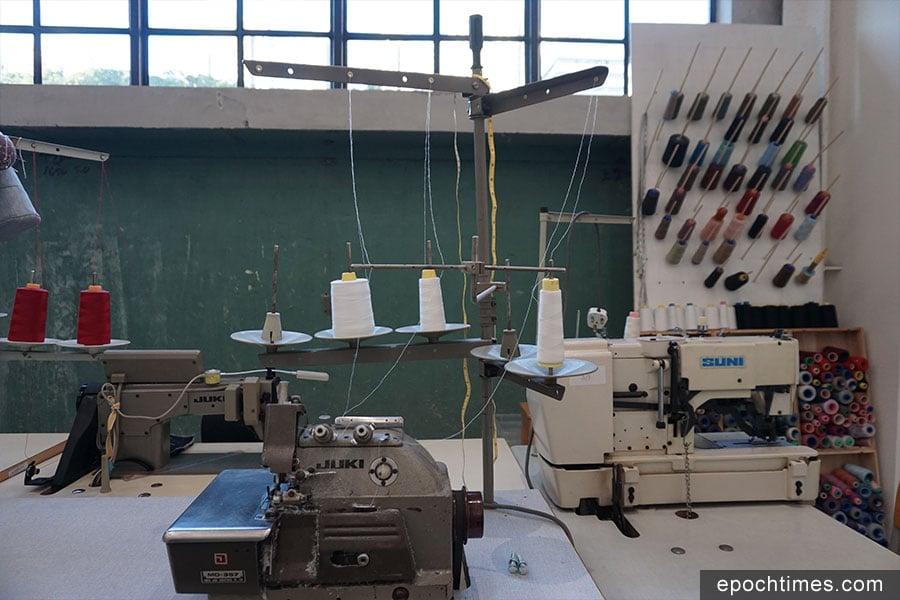 位於CHAT六廠的開放工作室,展示多項縫紉設施。(曾蓮/大紀元)