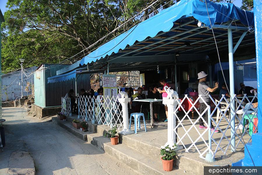 如今坤記有兩間店鋪,圖為後來開的靠近海灘的店鋪,由退休的堂家姐打理。(陳仲明/大紀元)