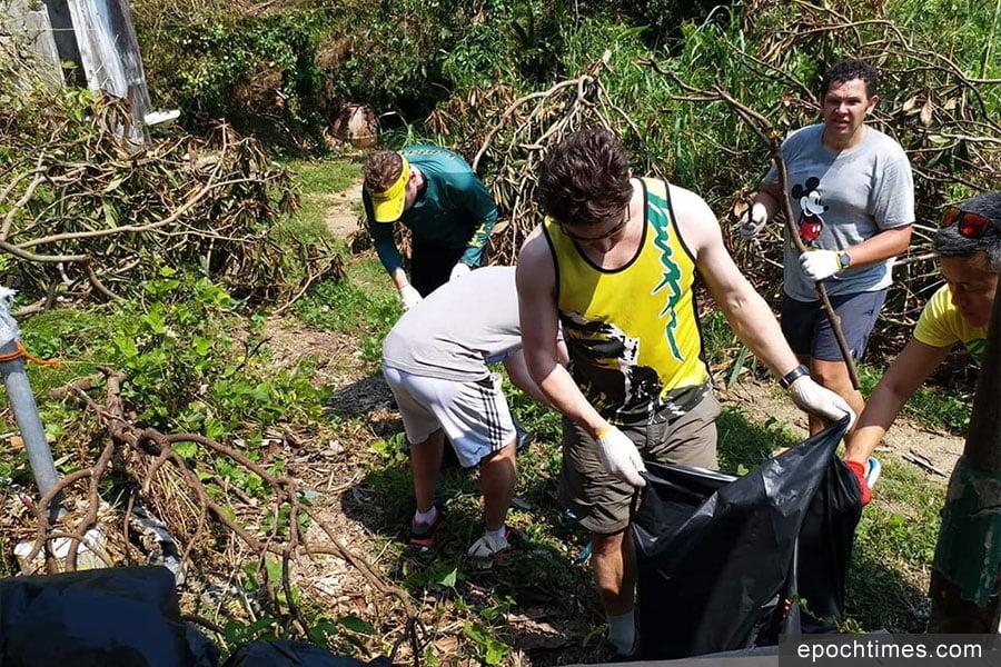 霸士龍舟隊義工在「山竹」颱風後幫助清理垃圾。(受訪者提供)