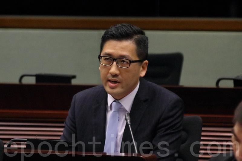 林卓廷指,律政司沒有就UGL尋求獨立法律意見,損害香港市民對及廉潔的信心,若律政司有很強的理據不做檢控,鄭若驊應爭取機會到立法會解釋。(蔡雯文/大紀元)