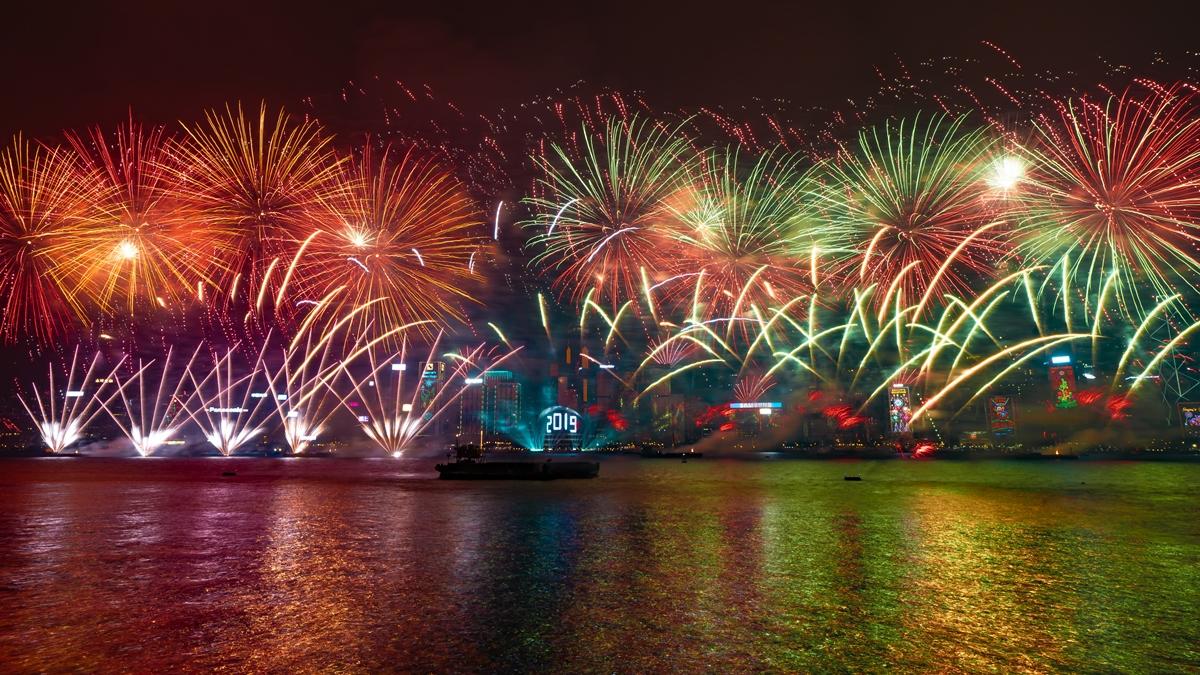 今年煙花音樂匯演由艘躉船及21艘駁船將由中環延伸至天后,橫跨的闊度總長1,100米。(旅發局提供)