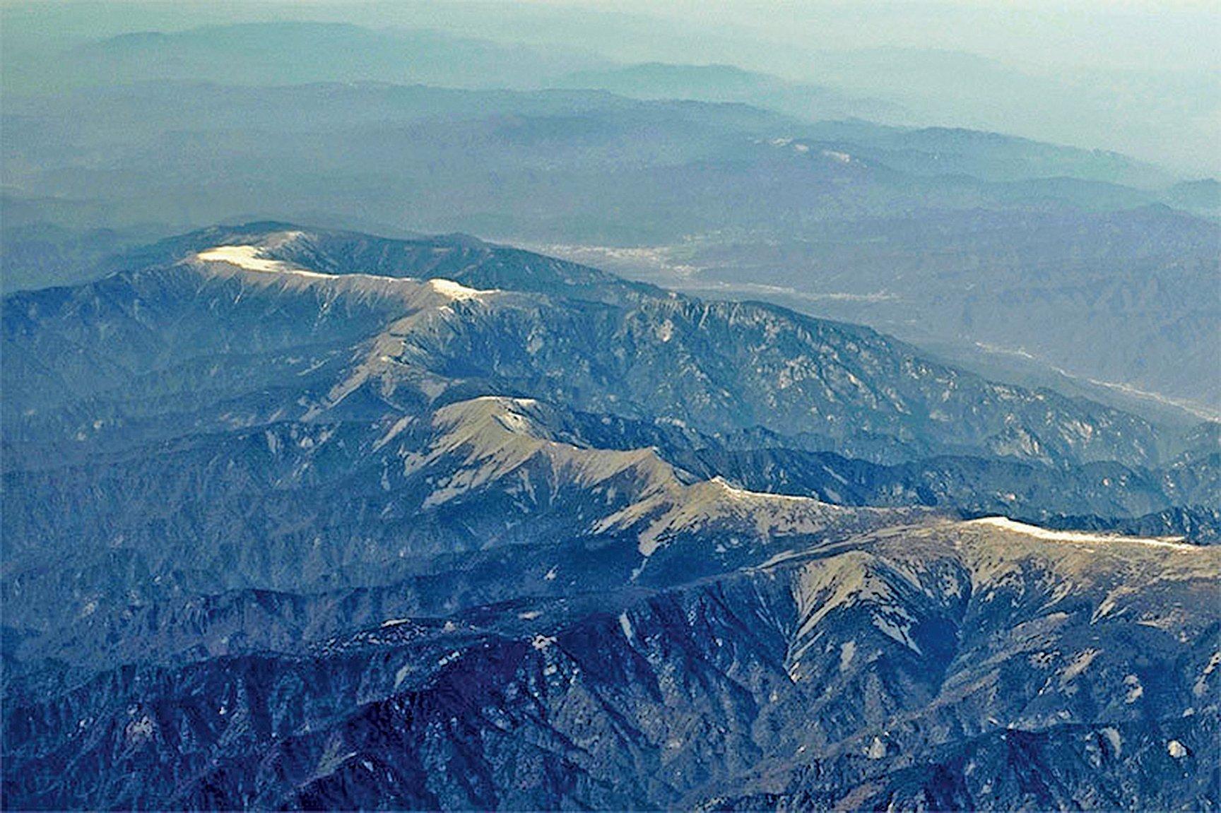 秦嶺被尊為華夏文明的龍脈,是中國生存與發展的重要之地。圖為萬米高空航拍冬日秦嶺,白雪勾勒出「中華龍脊」。(大紀元資料室)