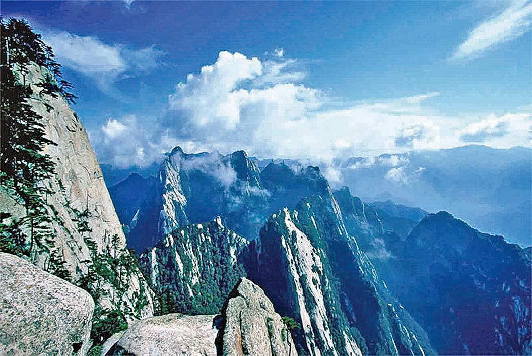 風水龍脈之說是中國古代的科學。圖為西岳華山,背靠綿延起伏的秦嶺。(大紀元)