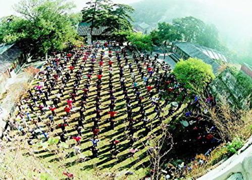 圖為1997年法輪功學員在北京戒台寺集體煉功。(明慧網)