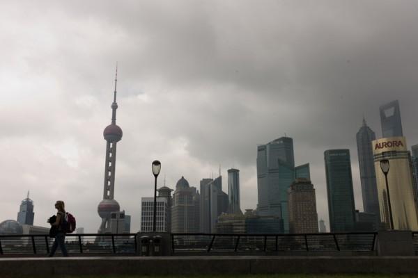 上海正成為中國「政治風暴」中心之際,中共三大金融監管最高層缺席由上海市政府主辦的陸家嘴經濟論壇。圖為上海陸家嘴金融中心一景。 (Getty Images)