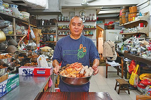 元朗屏山傳統盆菜老闆鄧聯興師傅表示,今年冬至生意比去年更旺。(陳仲明/大紀元)