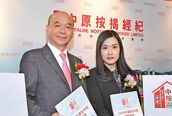 中原按揭經紀董事總經理王美鳳(右)預料,明年P按將主導市場。(郭威利/大紀元)