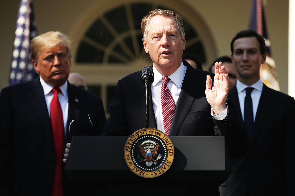 美國貿易代表萊特希澤(中)作風強悍,處事精明,被特朗普授與中美貿易的談判重任。(Chip Somodevilla/Getty Images)