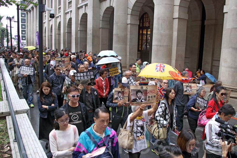 昨日有約1,200人參加「守護廉潔法治遊行」,抗議律政司決定不就UGL案起訴前特首梁振英。遊行隊伍特意圍繞終審法院一圈,寓意捍衛香港法治。(蔡雯文/大紀元)