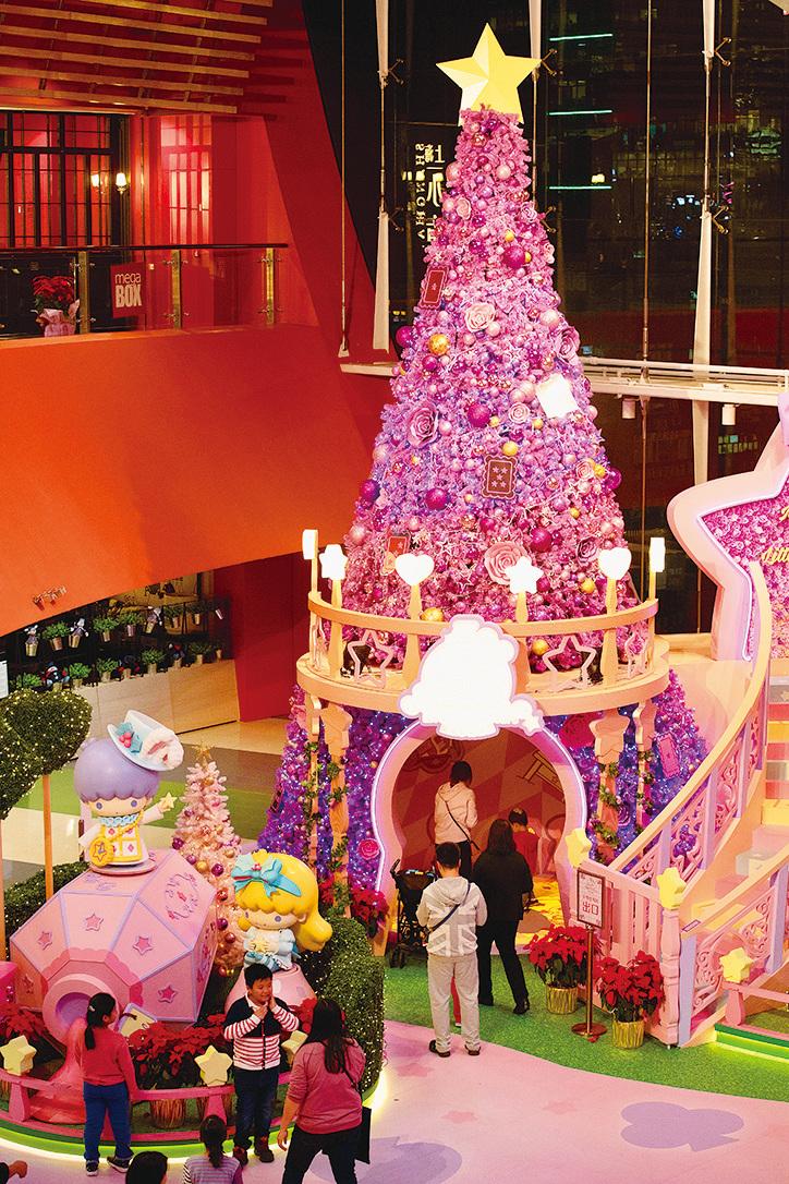 MegaBox佈置了30 呎高紫色夢幻聖誕樹,還有音樂燈光show等聖誕裝飾。(郭威利/大紀元)