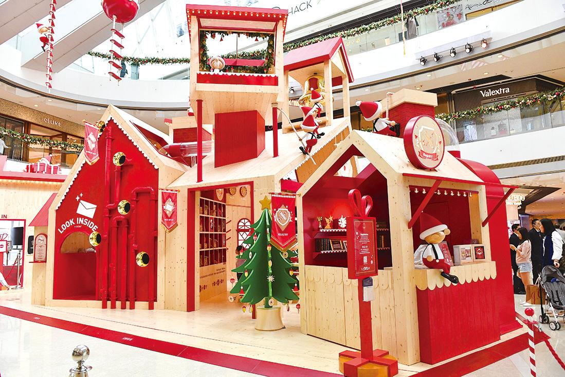 中環IFC商場化身北歐聖誕老人學院,市民可以在學院學習如何成為聖誕老人,包括學習聖誕老人的經典笑聲和寫明信片等任務。(郭威利/大紀元)
