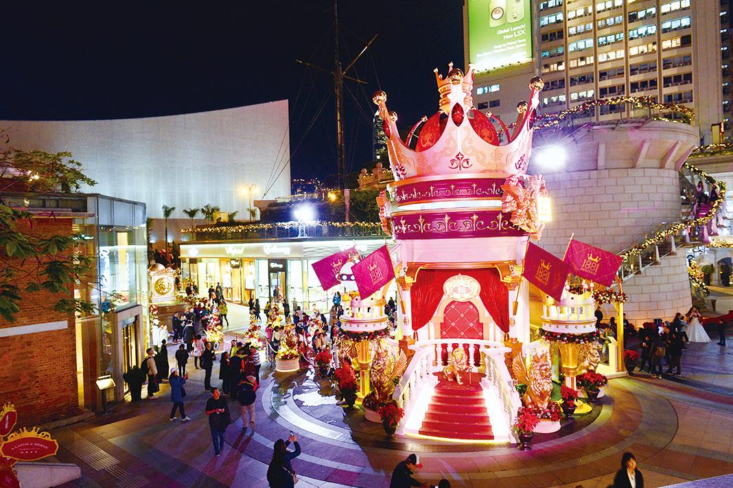 1881 Heritage的主題為「皇室加冕儀式」,全場有逾千個不同造型的冠冕,而在正中央的是13米高的巨形皇冠。(宋碧龍/大紀元)