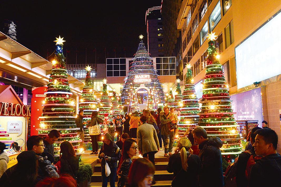 海港城以尋找聖誕瑰寶為主題,並準備了超過40米長的聖誕「愛心鎖橋」及60呎巨型戶外聖誕樹。(宋碧龍/大紀元)