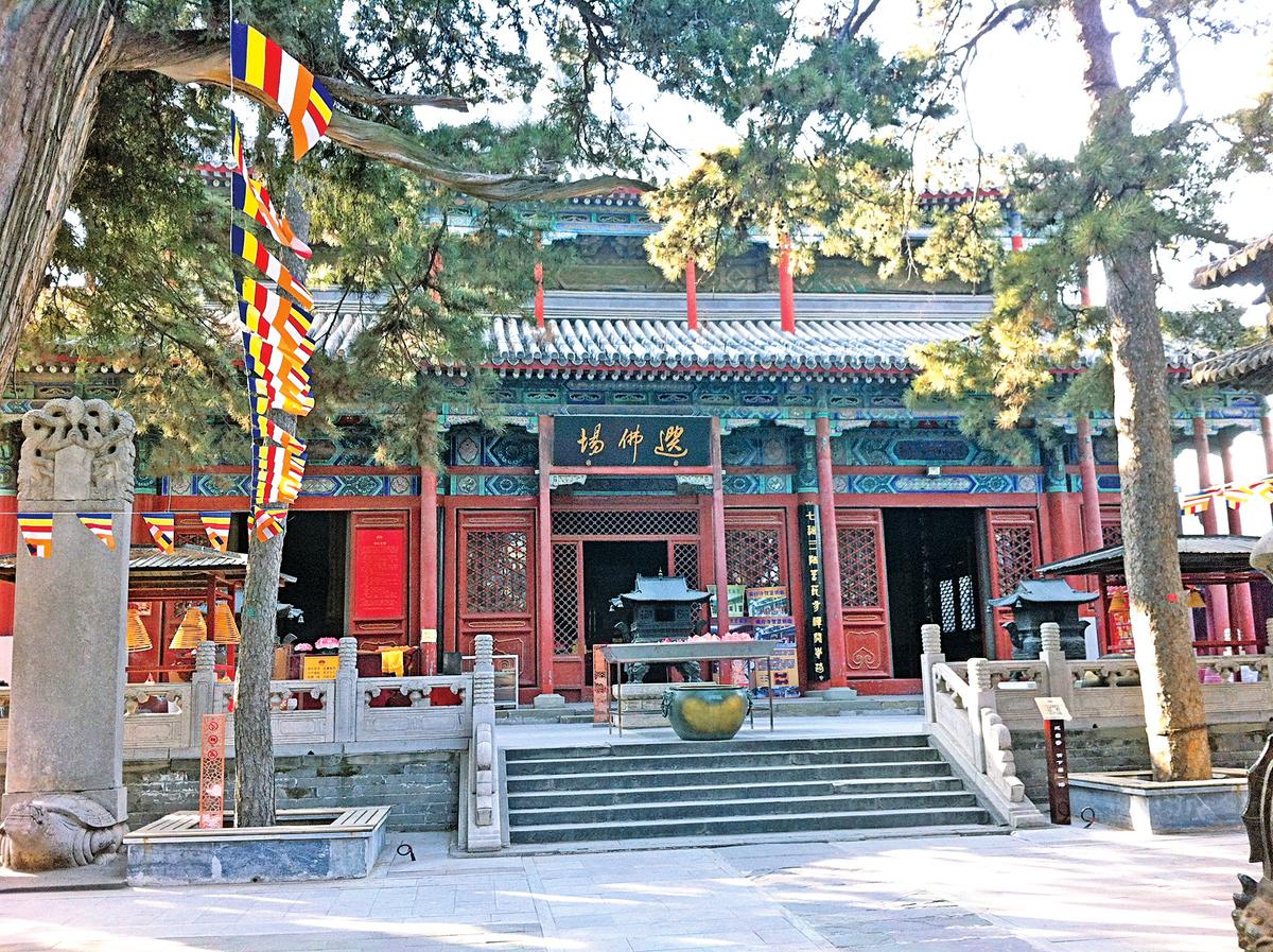 戒台寺,大殿的正門上方高懸「選佛場」橫匾。(N509FZ/維基百科)