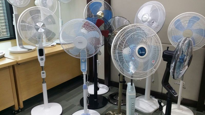 消委會及測試14款座地式電風扇的安全和效能,發現直流電風扇的平均能源效益比傳統交流式高1.2倍,即較節省電費。(宋祥龍/大紀元)