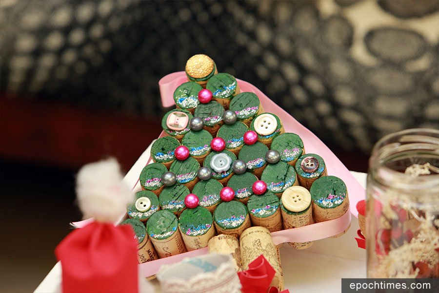 用廢棄紅酒塞製作的聖誕樹。(陳仲明/大紀元)