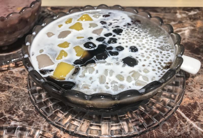 特色仙草百配用料豐富,整碗充滿仙草、珍珠、西米、紅豆、番薯圓和芋圓。