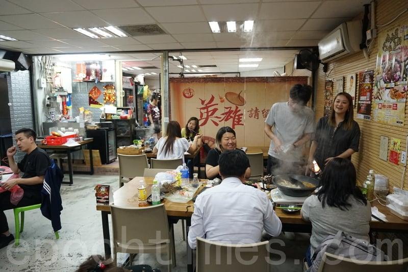 店舖面積唔大只有唔夠十張枱,坐低見到幾枱食客都係食火鍋。