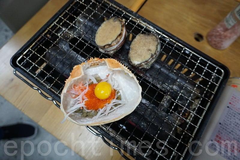 日式甲羅燒:蟹蓋裏面有蟹膏、蟹子、一隻雞蛋同埋蟹柳。