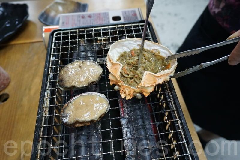 侍應即時喺我哋面前燒鮑魚,燒緊嘅時候蟹膏嘅香味一邊傳出嚟。