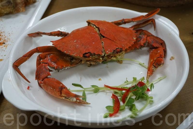 清蒸奄仔蟹,拆開有很多蟹膏,蟹肉鮮甜、蟹膏夠香、肉質結實。