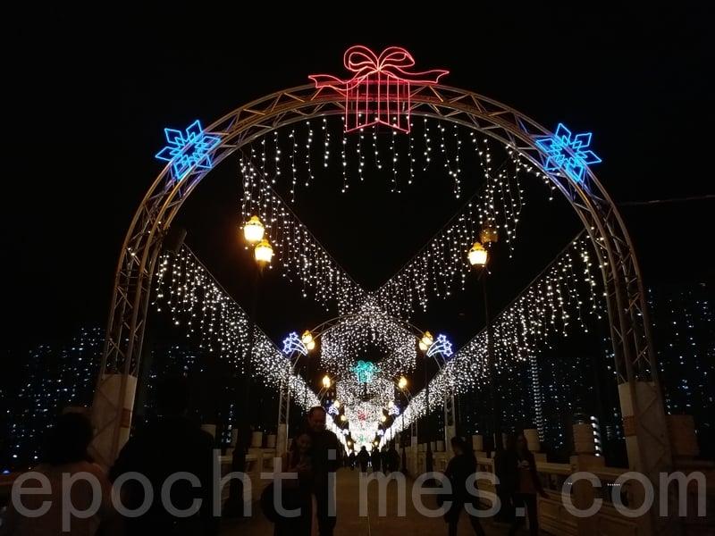 臨近聖誕,餐廳附近的城門河和沙田中央公園亮都起了聖誕燈飾,非常漂亮。