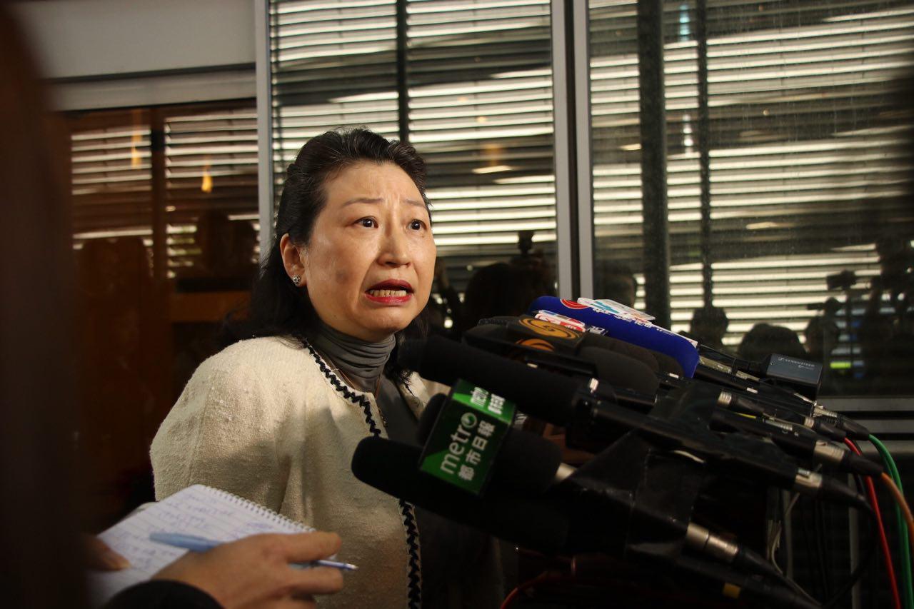 律政司司長鄭若驊今天中午外遊回港,首次回應不檢控梁振英UGL案的原因。(蔡雯文/大紀元)