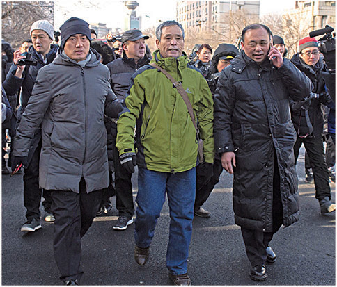 黑龍江維權人士楊春林聲援在法院外叫喊:「無罪釋放王全璋」,隨即被國保帶走。(Getty Images)