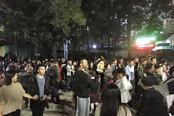 西方都在歡度聖誕之際,大陸多地教會的紀念活動遭到衝擊。圖為深圳市民探訪天主堂平安夜的彌撒。(網絡圖片)