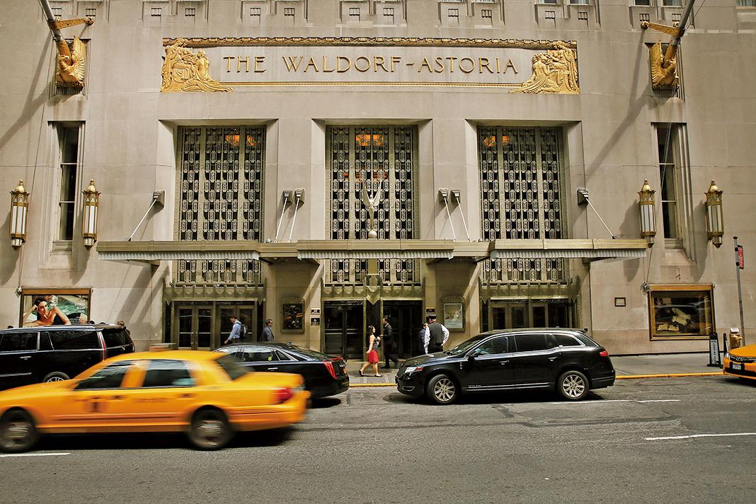美國政府最高級反間諜官員警告,中共政府隨時都可以監視人們的智能手機、平板設備及電腦,並特別提及要注意全球中資酒店的Wi-Fi。圖為在紐約市的華爾道夫酒店。(Getty Images)