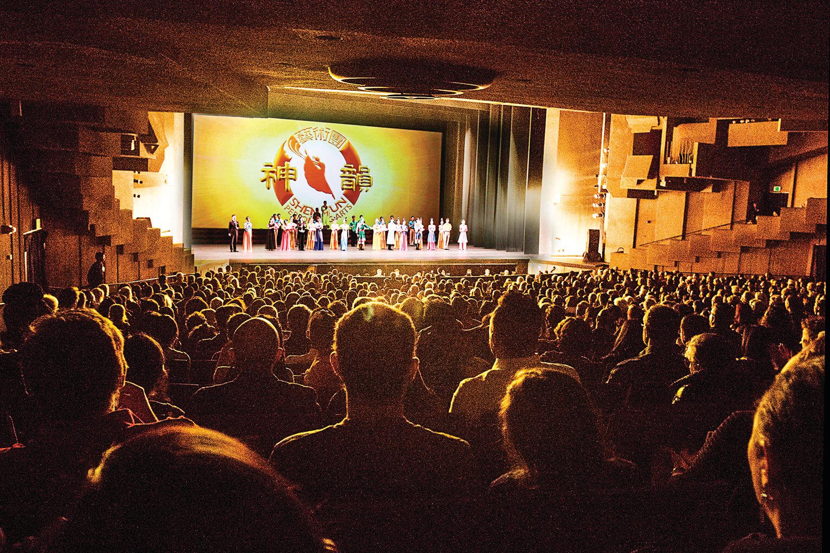 12月16日下午,神韻紐約藝術團在加州大學伯克萊分校澤勒巴克館進行了第六場演出,當天一票難求。(周容/大紀元)