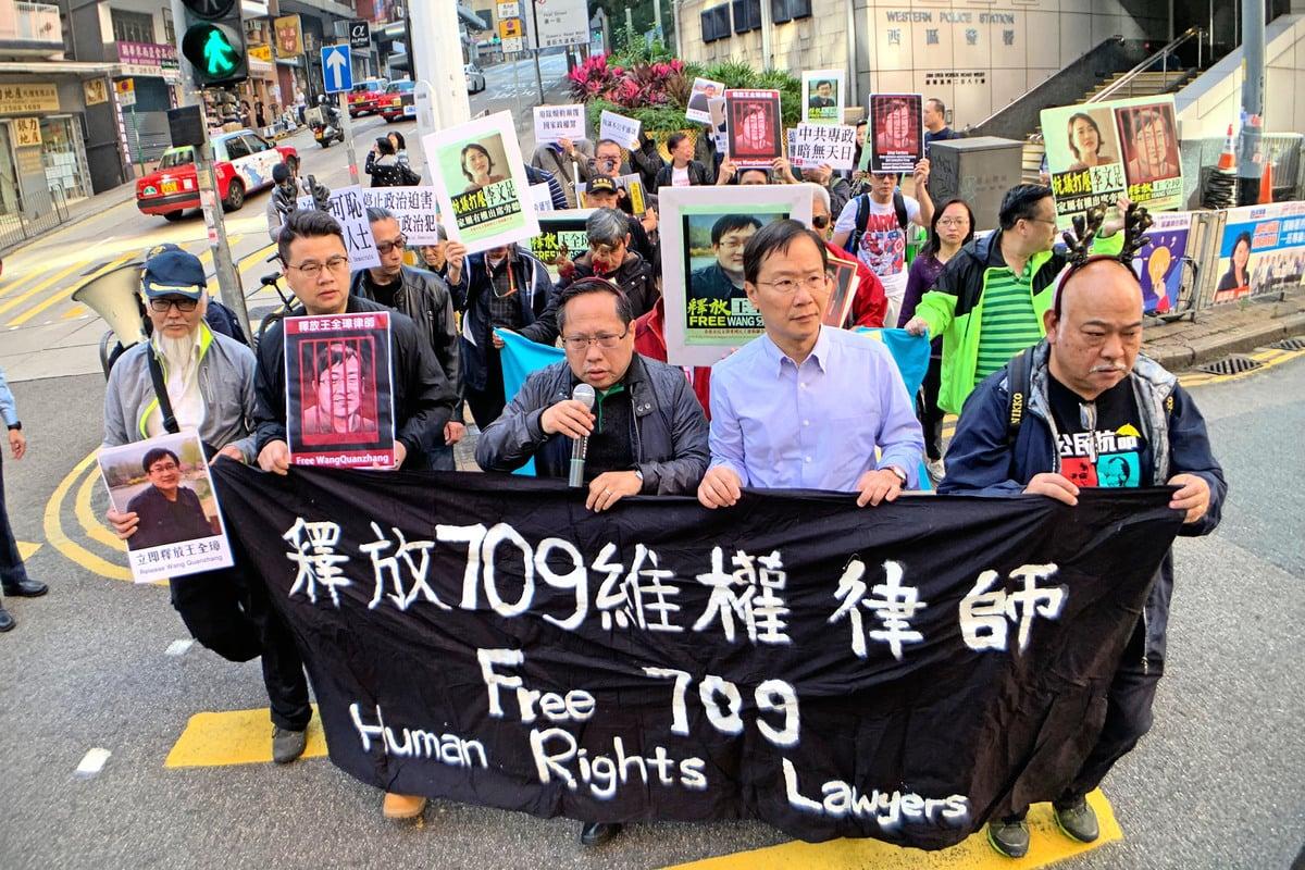 大陸維權律師王全璋12月26日星期三早上在天津法院開庭,香港支聯會等團體到中聯辦抗議中共秘密審訊,要求立即釋放王全璋。(李逸/大紀元)