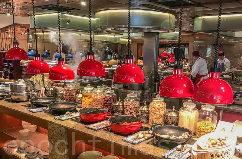 開放式廚房分為六個區域,展示各類菜式的高質素原材料。